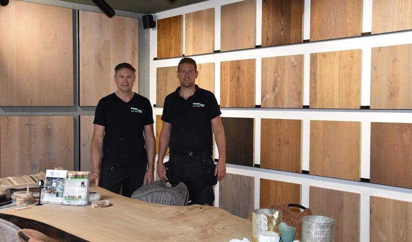 Vloerenspecialisten John (links) en René.