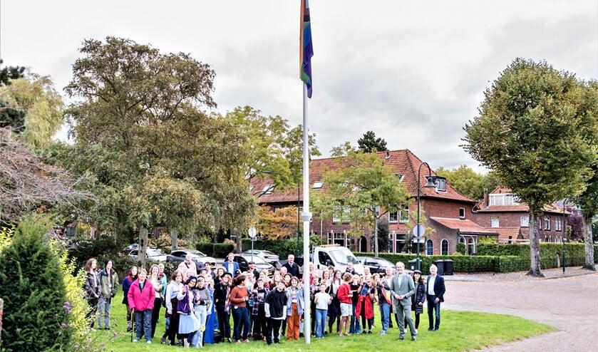 <p>&nbsp;Maandag hees wethouder Floor Kist samen met van vertegenwoordigers van diverse organisaties de inclusieve regenboogvlag op het gemeentehuis:(foto: Esther van Eijk).<br><br></p>