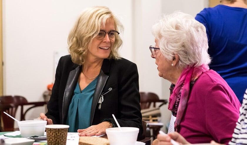 Wethouder Ter Laak in gesprek met een oudere. Foto: Fotoflex