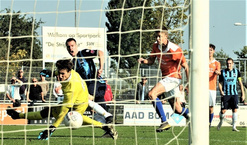 Marc du Chatinier (Forum Sport) scoort hier de 1-2 op aangeven van Mike de Graaf (rechts).