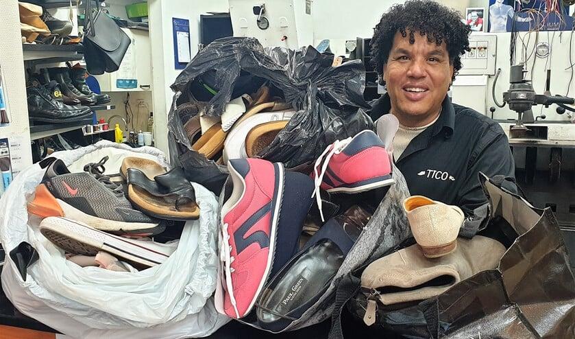 <p>Meester Schoenmaker Tico kreeg tassen vol met schoenen aangeboden.</p>