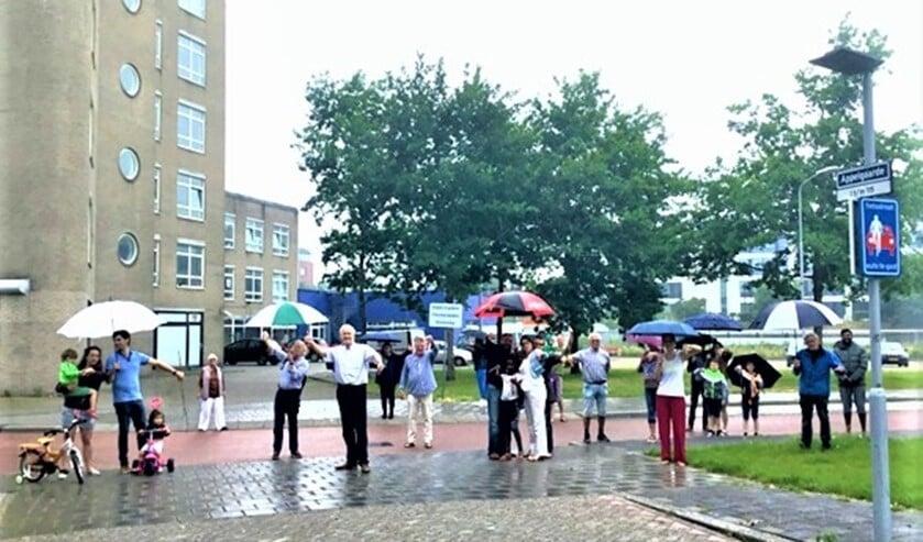 <p>Een groep boze omwonenden zijn het zat en boycotten de informatiebijeenkomst. (foto: pr GaardenBelang).</p>
