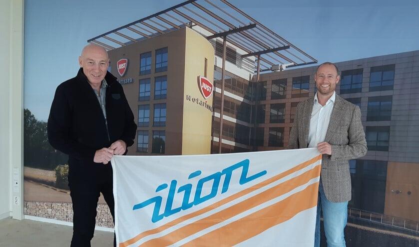 Camillus (l) en Lars Overmeire met Ilion vlag na ondertekening van de sponsorovereenkomst. (foto Ad Klok)