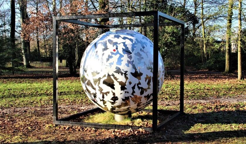 <p>&lsquo;Together We Are&rsquo;een beeld van William Rosewood in Park Vreugd en Rust, zijde Parkweg Voorburg Oud (foto: Marian Kokshoorn).</p>