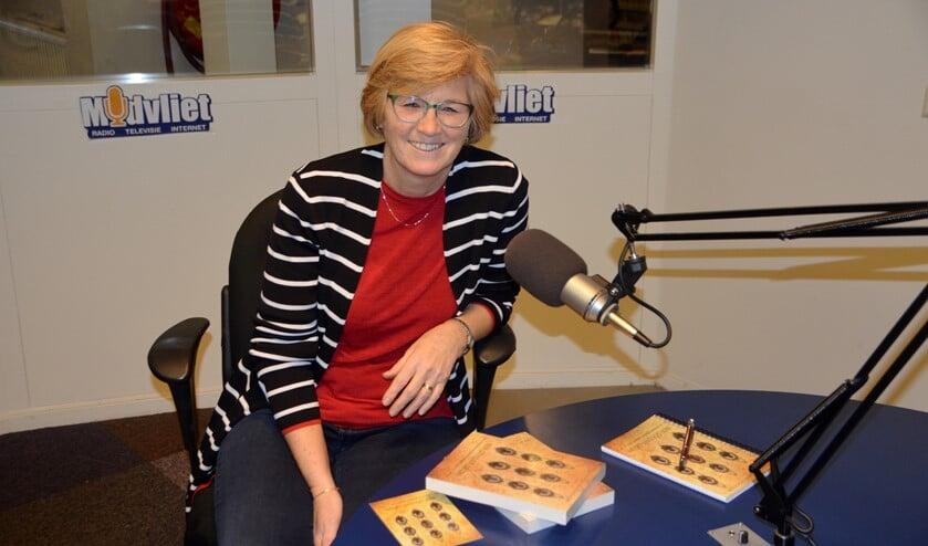 De Voorburgse schrijfster Jolanda Zuydgeest in de studio bij Midvliet (foto: pr).