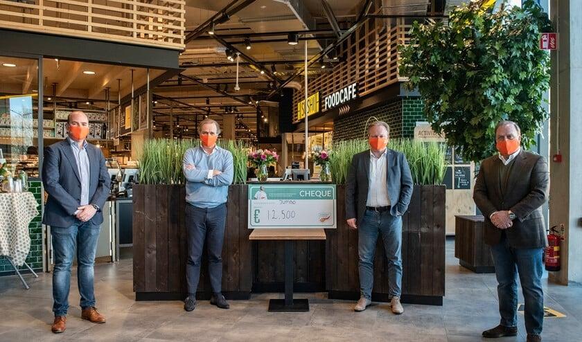 <p>Jeroen de Gier, CFO Ton van Veen van de Jumbo, professor Casper van Eijck en geheel rechts Dick Advocaat (foto: Michel Groen).</p>
