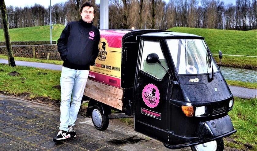 <p>Jurgen Schilperoort brengt zijn bestellingen rond in een grote versie van deze mini bestelbus (foto: Inge Koot). </p>