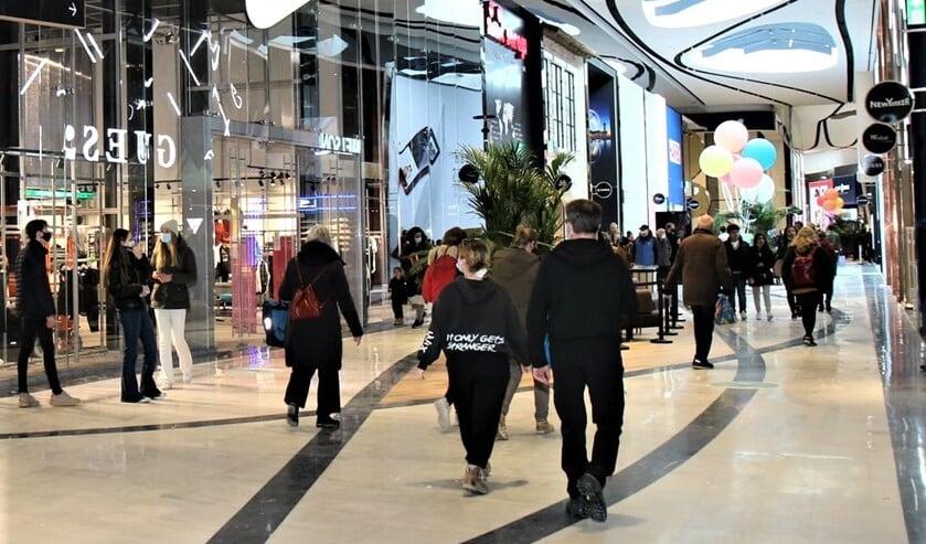 Drukte in de Westfield Mall (foto: Ap de Heus).