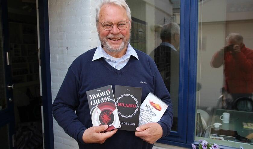 <p>Klaas de Vries met zijn drie boeken. Wie boek 2 en 3 koopt bij Van Atten, krijgt boek 1 er gratis bij!</p>