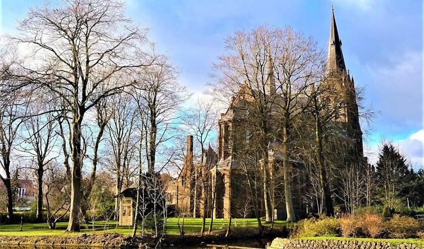 <p>St.Martinuskerk aan het Oosteinde te Voorburg, gezien vanaf de overkant van de Vliet (foto: Rob Weekhout).</p>