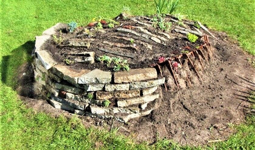 <p>Voorbeeld van een rotstuintje dat is opgebouwd uit stoeptegels, oude dakpannen en wat klinkers (foto: Jan Blokland). </p>