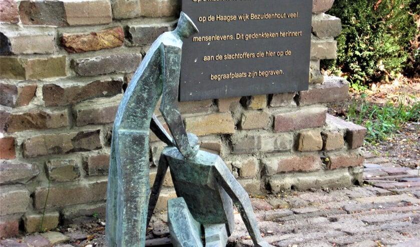 <p>&lsquo;De helpende hand&rsquo; (2010) van Frans Kokshoorn op de Algemene begraafplaats aan de Parkweg in Voorburg (foto: Marian Kokshoorn).</p>