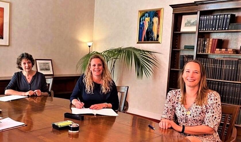 Het bestuur van de nieuwe vereniging (v.l.n.r.) Paula Zwijgers (secretaris), Ilse Dijkman (voorzitter) en Femke Roos (penningmeester).