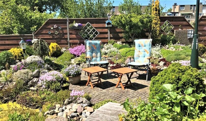 <p>Een tuin met bloemen nodigt uit om heerlijk in te vertoeven (foto: Jan Blokland).</p>