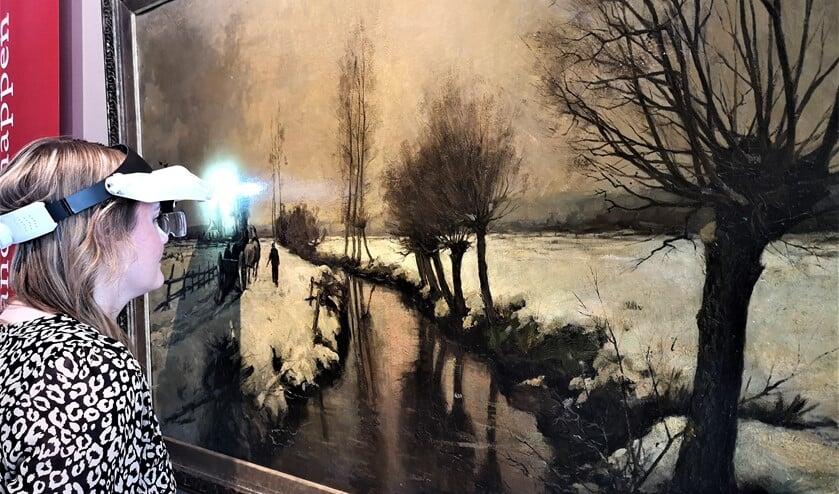 <p>Hoofd museale zaken Karlien Ritter bij het winterlandschap van Barend Brouwer (foto: pr).</p>