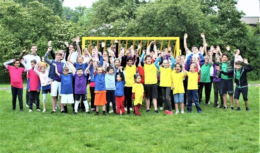 <p>De deelnemers (bijna allemaal) aan Beau&#39;s tref- en voetbaltoernooi 2021 (foto: pr). </p>
