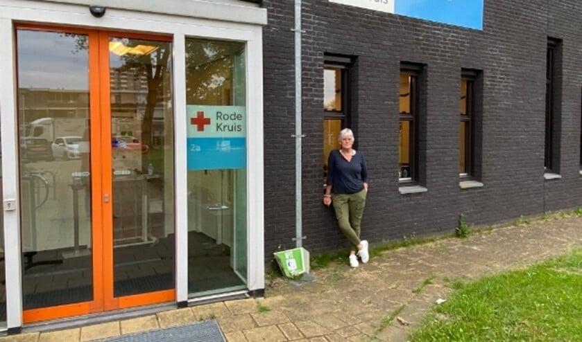 gebouw Rode Kruis aan de Clauslaan. Persoon is Myriam van de Vliervoet vrijwilliger bij het Rode Kruis