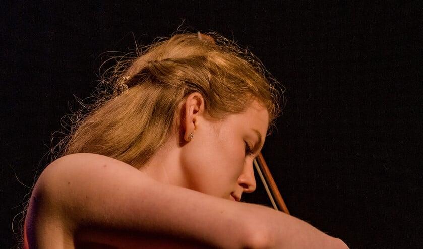 Vivien Giesbertz winnares Talentenloods Klassiek, jong talent op het Huygens Festival podium.