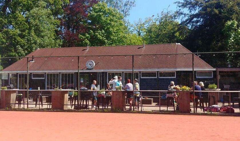 <p>Na afloop van de wedstrijden is het goed toeven in het prachtige - bijna gerenoveerde - monumentale clubhuis met een mooi terras.</p>