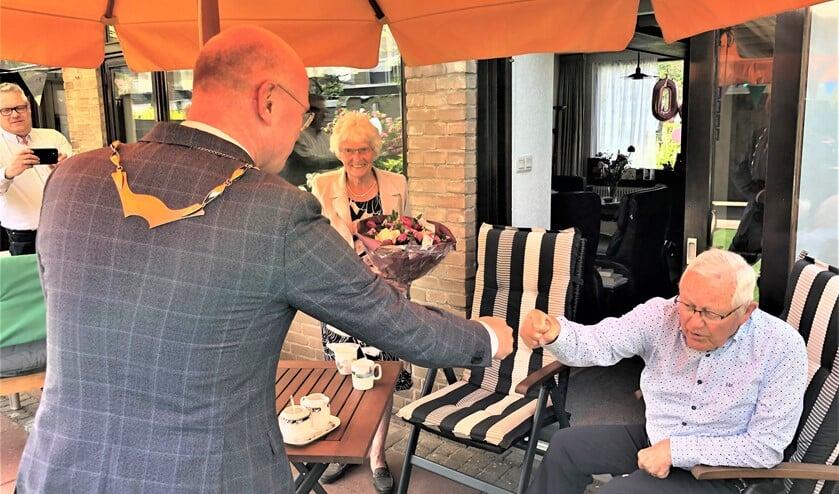Burgemeester Klaas Tigelaar komt langs om het diamanten bruidspaar Van Vliet-Van der Helm te feliciteren (foto: pr).
