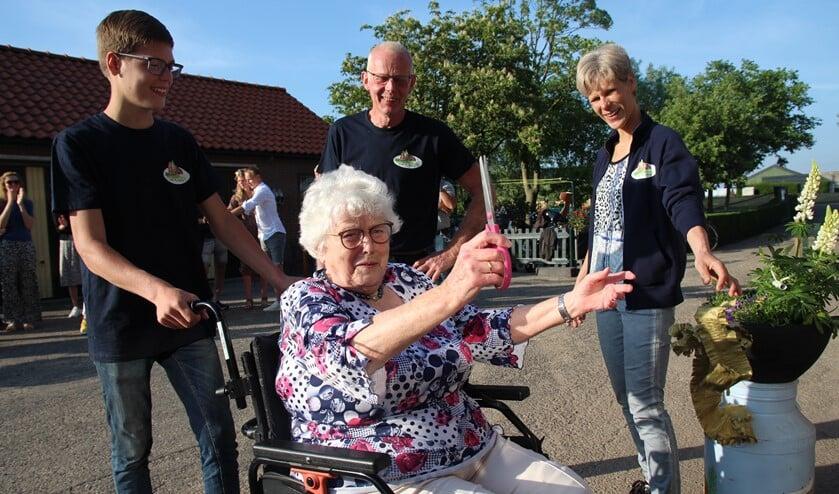 <p>Corrie van Wijk-Hofman knipt een lint door en daarmee is Bed & Breakfast Bij Boertje geopend. Links kleinzoon Timo en rechts Aline en Martin.</p>