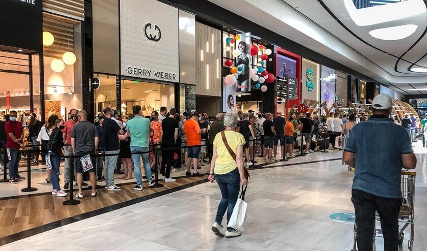 <p>De rij voor Paagman in de Westfield Mall (foto: J.H. Bakhuys).</p>