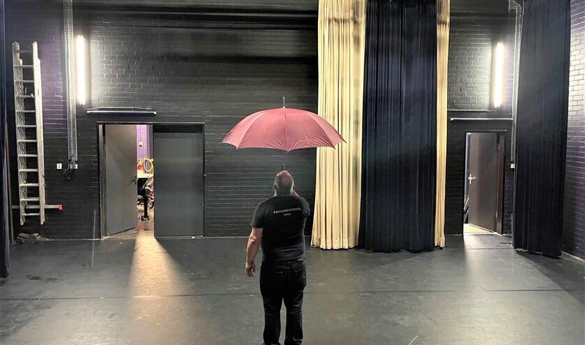 <p>Via het dak van de gerenoveerde &#39;Kleine Feith&#39; aan het Burg. Feithplein in Voorburg lekte het regenwater de theaterzaal in (foto: Ludens).</p>