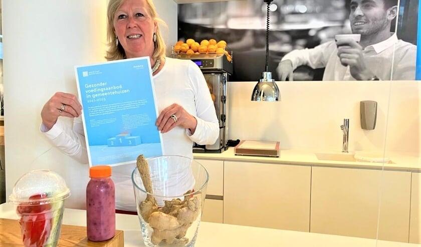 <p>Wethouder Van Eekelen toont de op schrift gestelde Ambitie gezonder voedingsaanbod gemeentehuizen (foto: gemeente LV).</p>