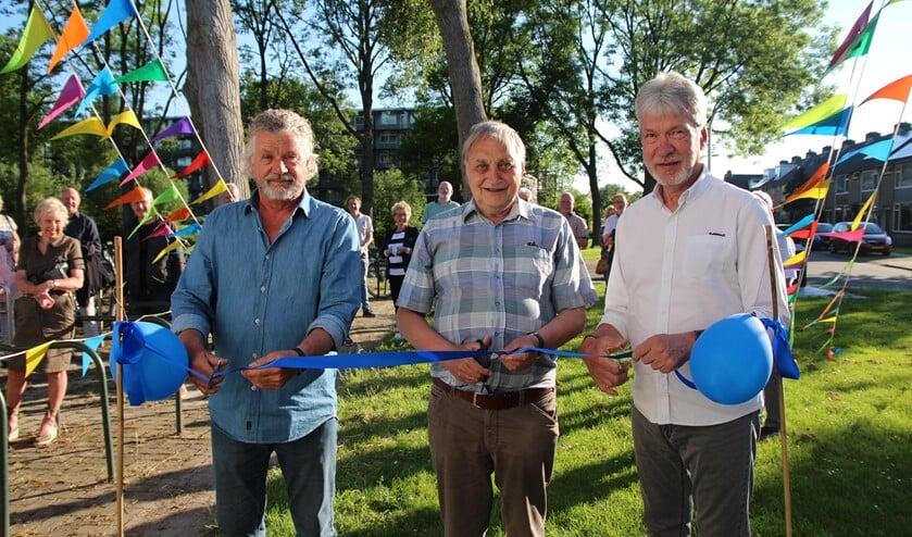 <p>Ben Endlich, voorzitter Multi Bridge, Pieter Hilferink van de Stichting Denksporthuis en<br>Fokko Bos, voorzitter van de PBC, knippen een lint door en daarmee is het bridgehome heropend.</p>