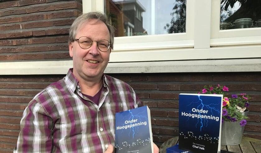 <p>Chef met zijn boek &lsquo;Onder hoogspanning&rsquo; over zijn ervaringen bij TenneT waar hij meer dan dertig jaar werkte. </p>