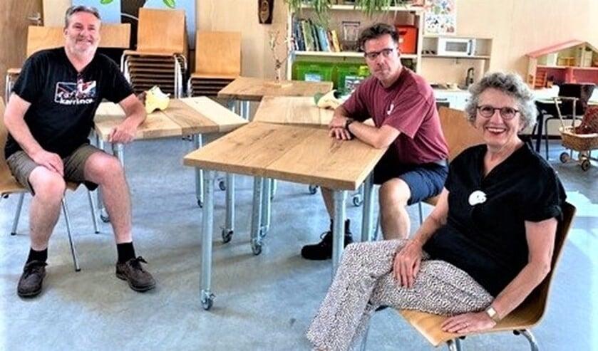 <p>Mieke Span en molenaar Rick Vermeulen van Houtzaagmolen De Salamander kwamen de tafels bewonderen die Rusthout van hun hout had gemaakt (foto: pr). </p>