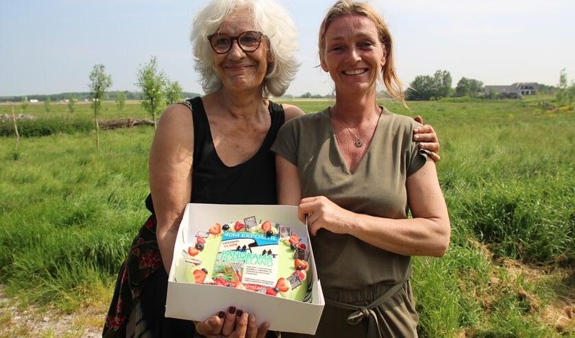 <p>Cis en Vicky sneden met de kunstenaars een taart om de afronding van het project te vieren.</p>