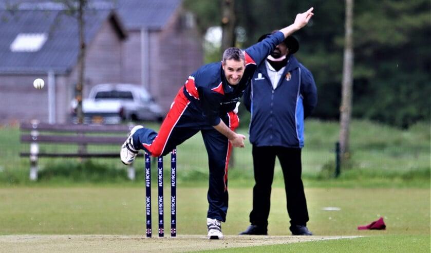 <p>Karl Niewoudt stond met vier wickets aan de basis van de ruime Voorburgse winst op Dosti (foto: Catch of the Day BV).</p>