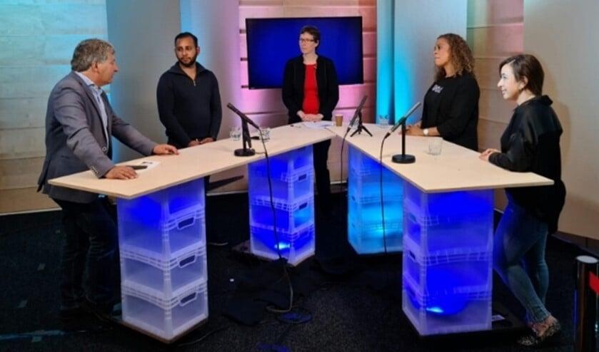 <p>Emeritus hoogleraar pedagogiek, Micha de Winter (links) in gesprek met jongere Leroy (links) en begeleiders (rechts).&nbsp;</p>