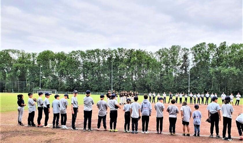 <p>Catch jeugdleden bij de offici&euml;le line-up (foto: pr).</p>
