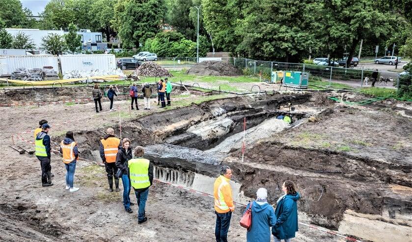 <p>Een flink aantal nieuwsgierigen bij de opgraving van de Gracht van Corbulo in Leidschendam (foto: Sebastiaan Barel).</p>