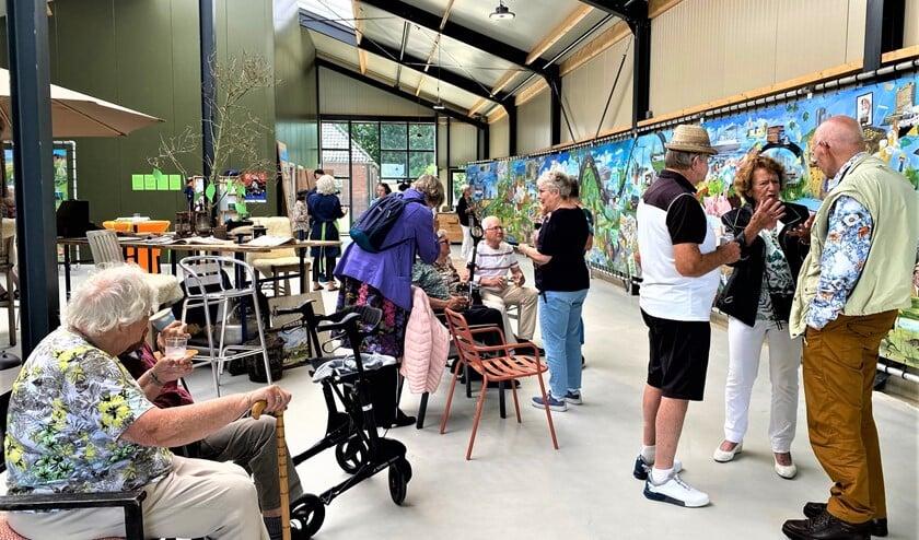 <p>&nbsp;Er zijn bijna honderd Stompwijkse senioren te gast geweest op de Molenwei bij het schilderij Panorama Platteland (foto/tekst: Ria Luiten).</p>