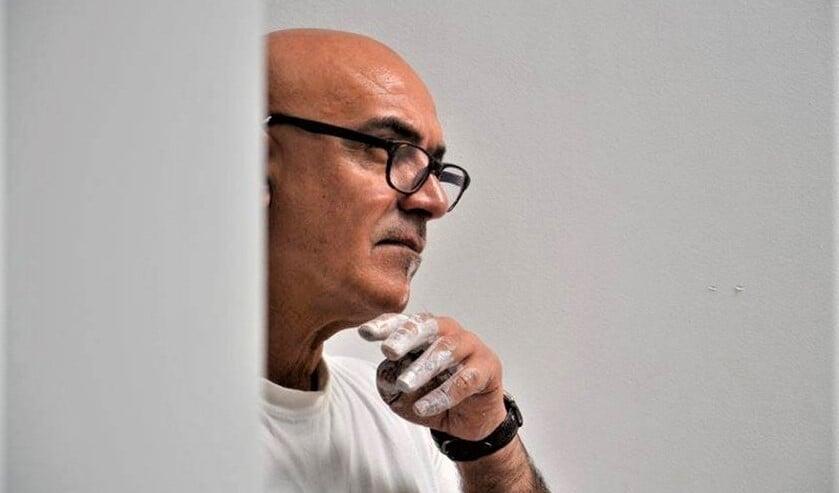 <p>Ali Rashid is een veelzijdig kunstenaar. Hij schrijft, schildert, tekent en construeert. </p>
