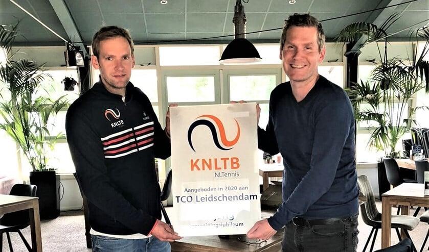 Voorzitter Klaas-Jan Masker van TCO mocht een fraai plakkaat van de KNLTB in ontvangst nemen (foto: pr).