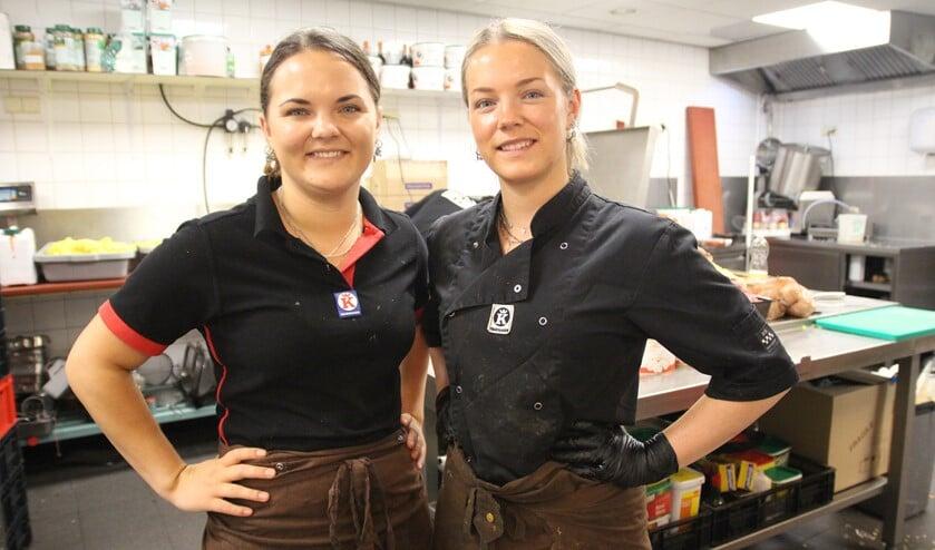 <p>Melissa en Michelle Pestel in de keuken in Nootdorp waar voor beide winkels verse maaltijden worden bereid.</p>
