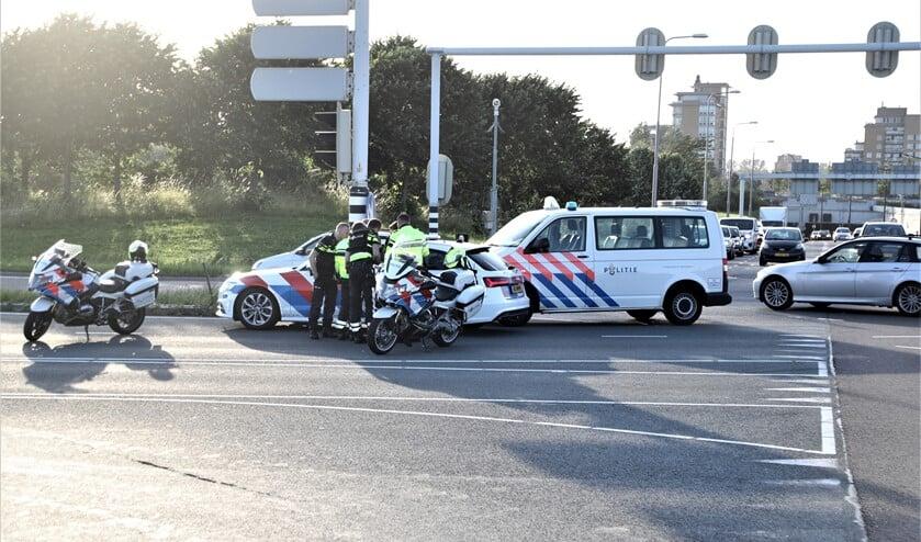 De politie bij de af- en oprit van de A4 waar de verdachten werden aangehouden (foto: Rene Hendriks).