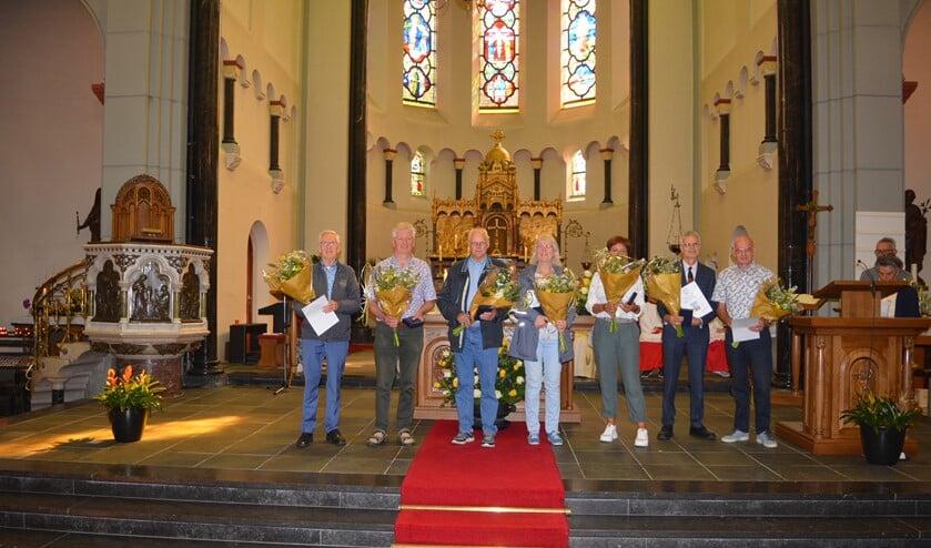 <p>De voorzangers met parochiepenning en bloemen op de foto, gemaakt door Charles van der Mast.</p>