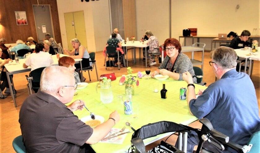 <p>Een deel van de &#39;klanten&#39; die in coronatijd een maaltijd bezorgd kregen, kreeg nogmaals een maaltijd voorgeschoteld bij Woej &nbsp;(foto: Ap de Heus).</p>