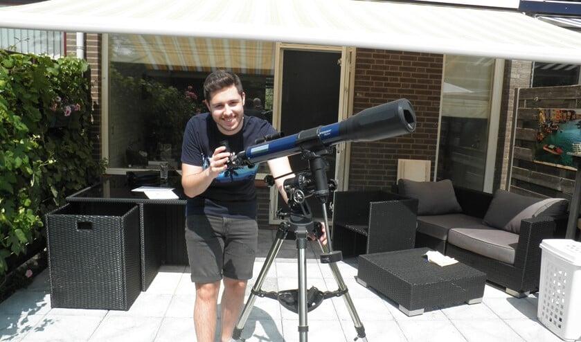 Sammy Mokkenstorm struint met zijn telescoop de hemel af naar planeten. Foto Kees van Rongen