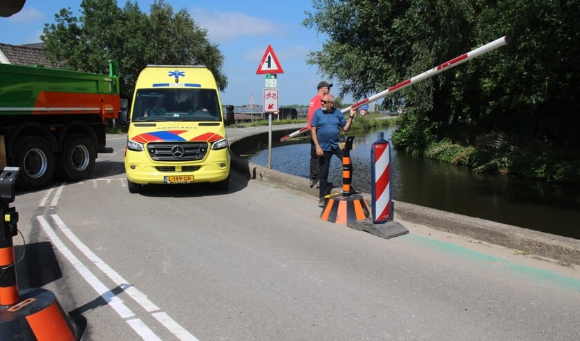 <p>Dan komt er een ambulance aan, zodat de slagboom handmatig moet worden verwijderd.</p>