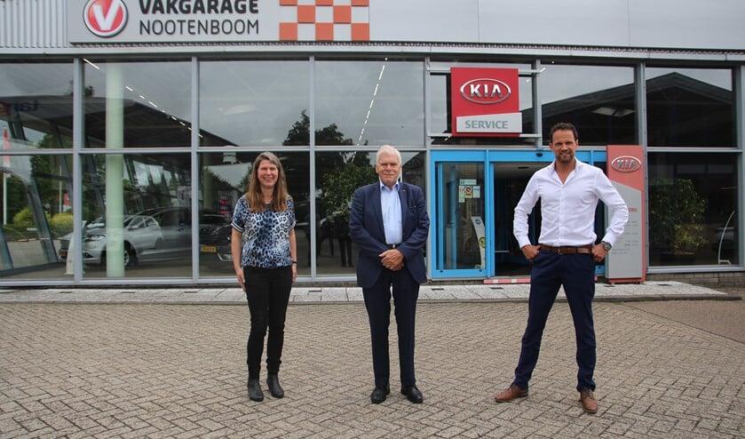 <p>Claudia, Henk en Menno voor de showroom van Autobedrijf Nootenboom aan de Oudeweg.</p>