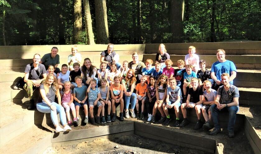 <p>De welpen van Scouting Damherten in de kampvuurkuil bij hun verblijf in Putten (foto: pr).</p>