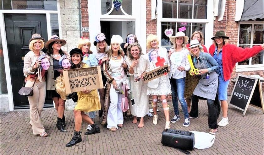 <p>Alle feestgangers waren verkleed naar de Herenstraat gekomen (foto: Ap de Heus). </p>