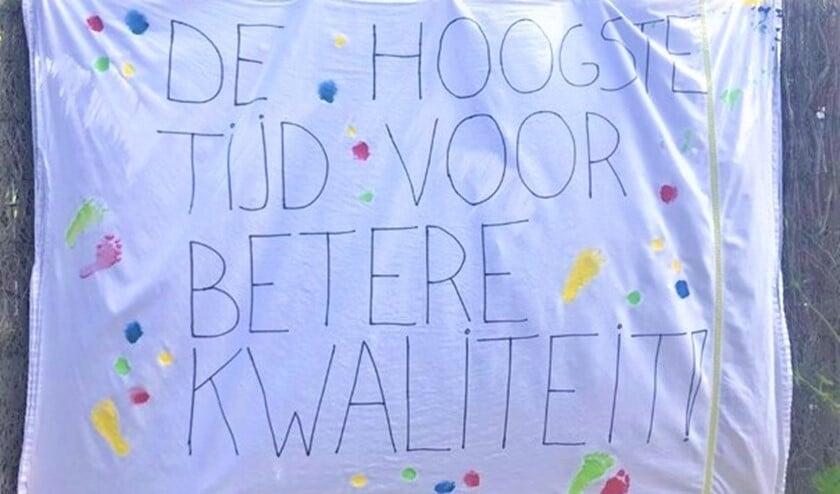 <p>Partou kinderopvang aan de Looierslaan &nbsp;in Voorburg koos voor stil protest in de vorm van o.a. spandoeken in de tuin (foto: pr).</p>
