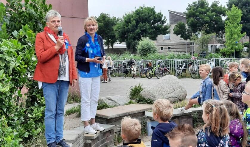 <p>Juf Joke en juf Willy worden toegezongen door alle kinderen van Octantschool Ackerweide.</p>